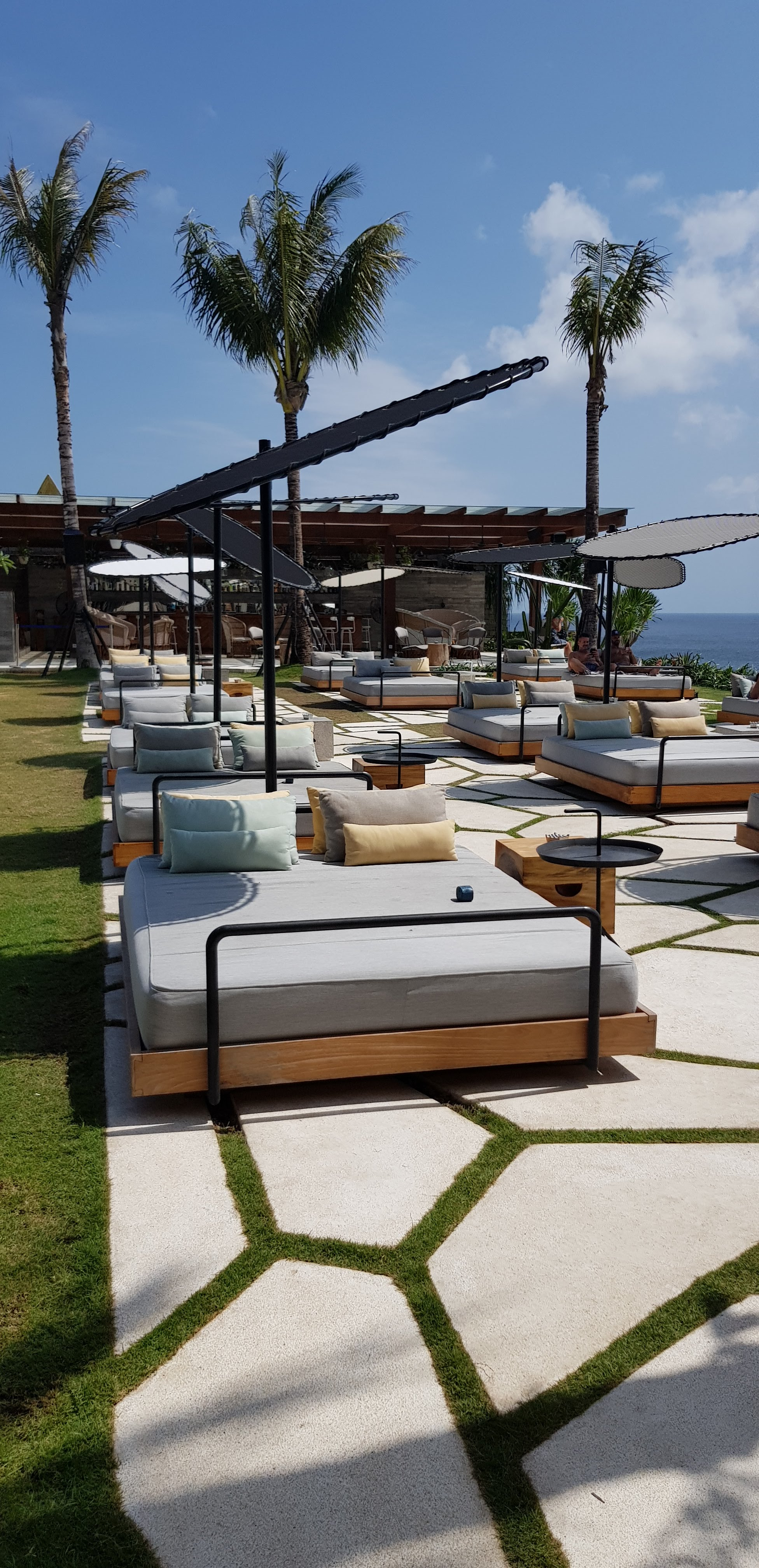 first timers guide to bali ulu cliffhouse travel blog vlogger sunbeds
